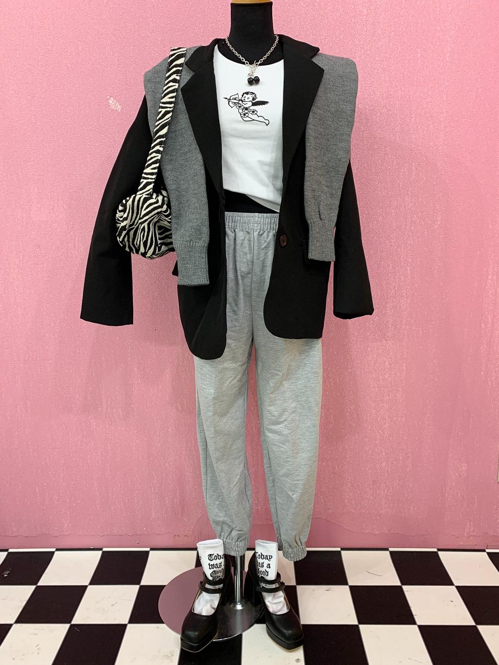 大人可愛いジャケットはスウェットパンツではずすのがマスト!